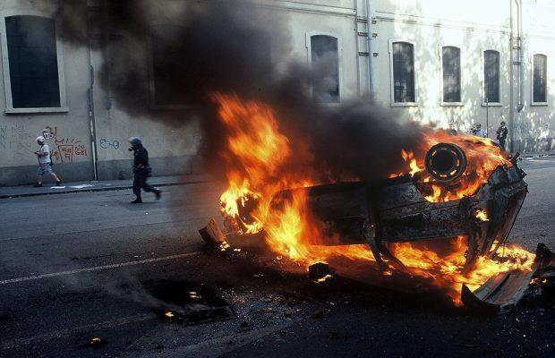 G8 Genova 2001 auto incendiate per le vie di Genova