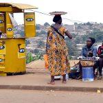 venditori ambulanti per le strade di yaoundè in camerun