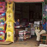 un negozio di alimentari a yaoundè in camerun