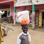 giovani venditori ambulanti per le vie di Yaoundè in camerun