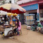 negozi in una via di yaoundè in camerun