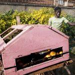 un giovane venditore ambulante di pane in una via a yaoundè in camerun