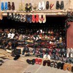 negozio di scarpe in una via di yaoundè in camerun