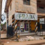 un negozio di abbigliamento che richiama una nota firma italiana in una via di yaounde in camerun