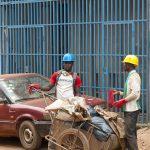 netturbini al lavoro in una via di yaoundè in camerun