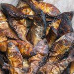 pesce cotto in vendita in una bancarella a yaoundè in camerun