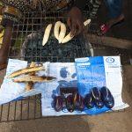 vendita di banane plantain grigliate a bordo strada a yaoundè in camerun