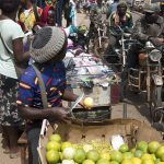 venditori ambulanti di frutta in una via di yaoundè in camerun