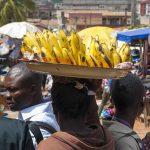 venditore di banane al mercato di yaoundè in camerun