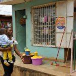 una donna con bambino in una via a yaounde in camerun