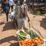 venditore ambulante di ortaggi al mercaato di yaoundè in camerun