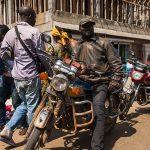 taxista con la sua moto in posa a yaoundè in camerun