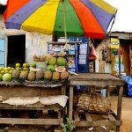una bancarella di frutta in una via a yaounde in camerun