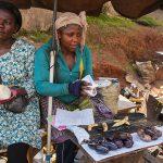 street food al mercato di yaoundè in camerun