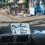 la licenza di taxista esposta all'interno del taxi a yaoundè in camerun