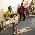 ragazzini in una via a yaoundè in camerun