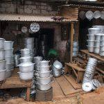 bancarella di pentole al mercato a yaoundè in camerun