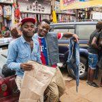 venditori ambulanti di pantaloni per le vie di yaoundè in cameruin