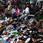 venditori ambulanti di scarpe in un mercato a yaoundè