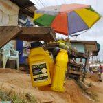 latte d'olio in vendita in una via di yaoundè in camerun
