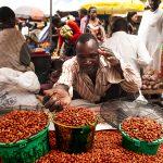 un venditore ambulante di cacao al mercato di yaoundè