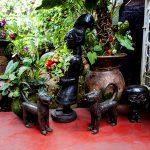 sculture artigianali nel giardino del cafè de yaoundè ristorante italiano nella capitale camerunense