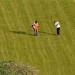 giocatore di golf nel campo presso l'hotel mont febè ia yaoundè