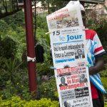 un venditore di giornali in una via di yaoundè in camerun