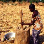 Mali, donna che batte il miglio