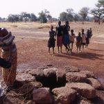 Mali, una donna al pozzo lungo la pista verso Bamako