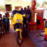 Mali, una stazione di servizio sulla strada verso Koulikoro