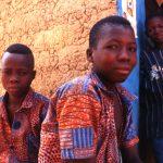 Mali, ragazzini in un posto di risotoro verso la pista per Niorò du Sael