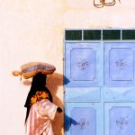 Algeria, un a donna in una via a Tamanrasset