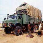 Algeria, camion in panne sulla pista verso In Guezzam