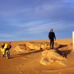 Algeria, una balise d'orientamento sulla pista verso il villaggio di frontiera di In Guezzam