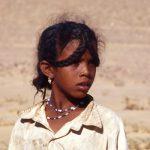 Niger, bambina Tuareg sulla pista verso Arlit