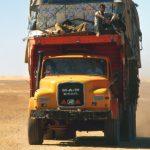 Niger, un camion carico di merci va in direzione di Arlit