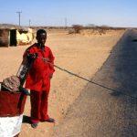 Niger, la barriera del pedeggio dove ricomincia l'asfalto ad Arlit sulla strada verso Agadez