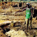 Niger, operaio in una fabbrica di mattoni nei pressi di Tahoua