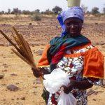 Niger, donna con bambino sulle spalle lungo la strada verso Abalak