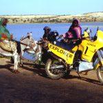 Niger, donne incuriosite dalla Honda Transalp lungo il fiume Niger