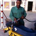 Algeria, rifornimento di carburante ad una stazione di servizio a Toggourt