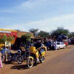 Niger, sosta in villaggio lungo la strada verso la frontiera con il Burkina Faso