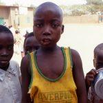 Burkina Faso, ragazzini della Missione in attesa del pranzo