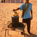 Algeria, un venditore di Tè e rose del deserto al bivio di Square Bresson