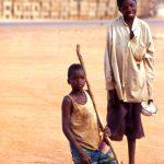 Burkina Faso, anche dai villaggi vicini, arrivano per mangiare alla Missione