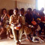 Burkina Faso, bambini in attesa del pasto nella mensa della Missione