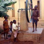 Burkina Faso, bambini che attingono l'acqua da un pozzo nella Missione a Nanorò