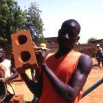 Burkina Faso, ragazzi che lavorano alla costruzione di un padiglione della Missione con mattoni fatti da loro