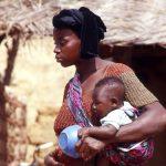 Burkina Faso, donna con bambino al villaggio di Nanorò